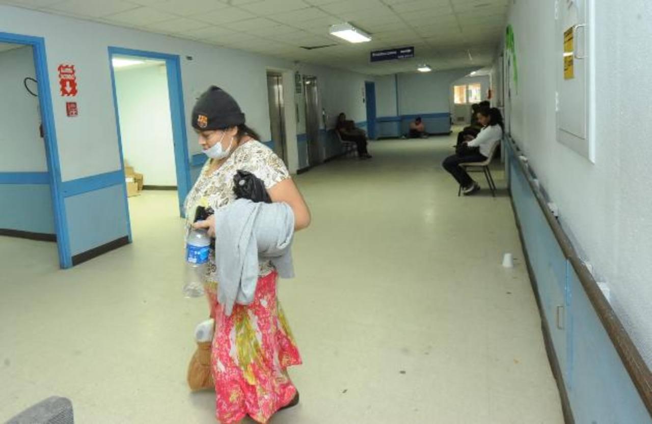 Una señora camina por los pasillos del Servicio de Hematooncología del hospital nacional Rosales, en el área se han terminado varios medicamentos para quimioterapia. Foto EDH / ARCHIVO