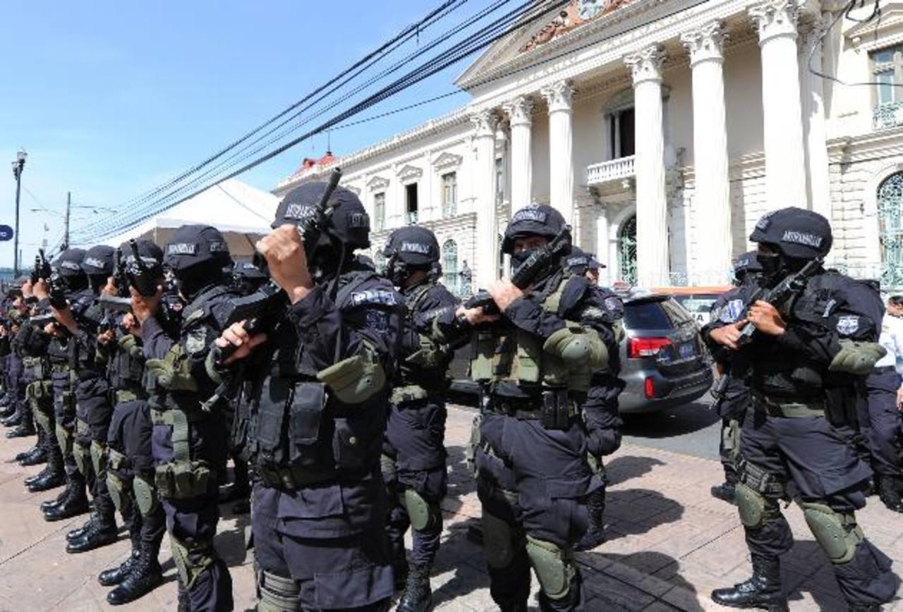 El bono alimenticio es un estímulo que dan las autoridades policiales a los policías por extender la jornada laboral a raíz de la crítica situación de criminalidad que vive el país. Foto EDH / Archivo.