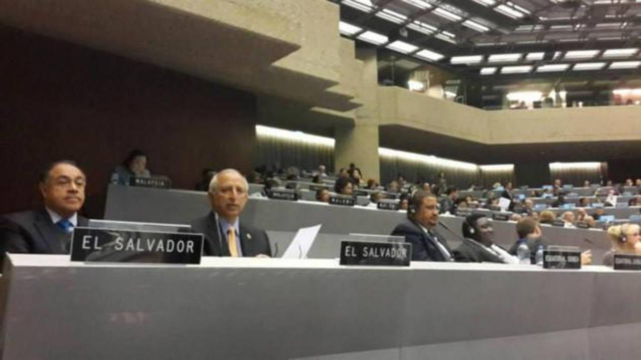 La foto publicada en el Twitter de Merino, del PCN, y a la derecha, Sigfrido Reyes, participando en la UIP. foto EDH / cortesía