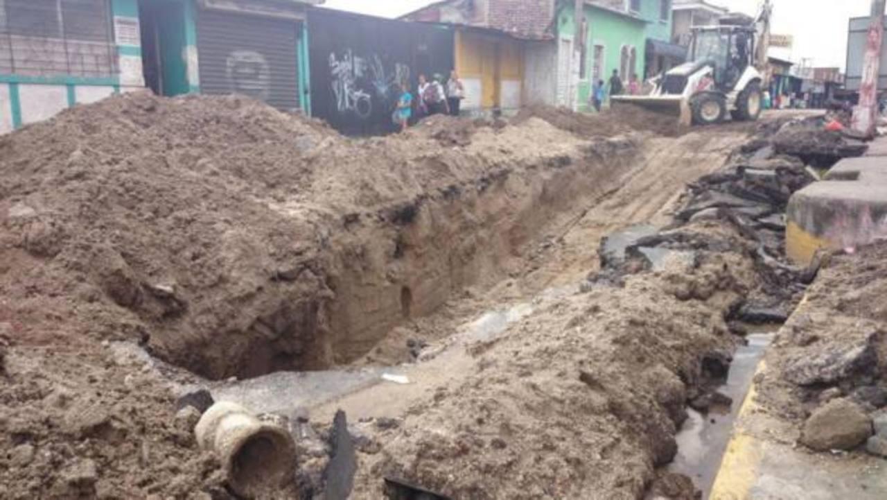 Cierran avenida Castro Morán en Mejicanos por trabajos en tuberías