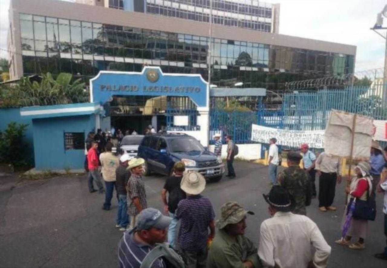 Excombatientes bloquearon por varias horas accesos al parlamento.
