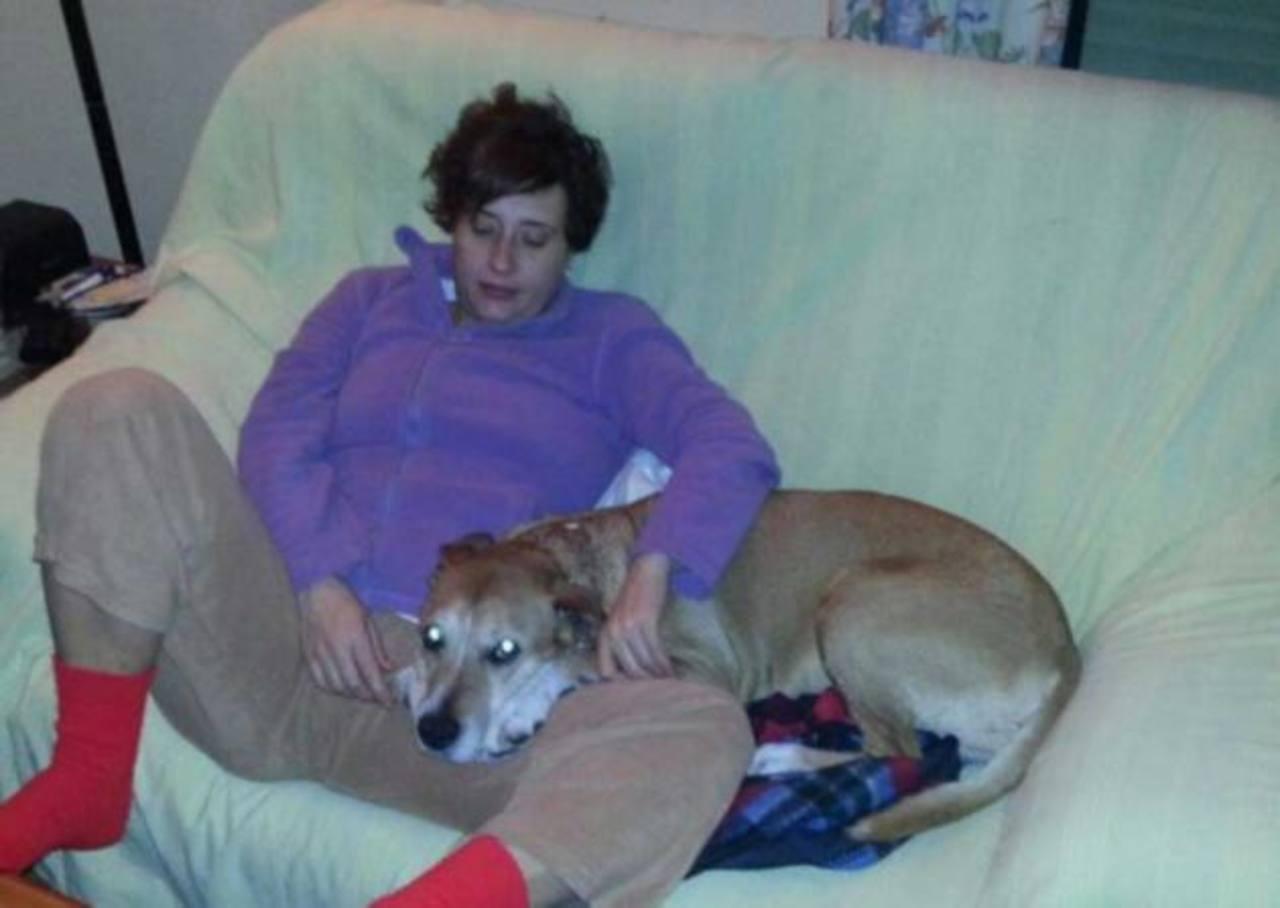 Teresa Romero Ramos, la enfermera española, en una foto junto a su perro Excálibur, que fue sacrificado por las autoridades españolas por temor a más contagios. Foto EDH / archivo