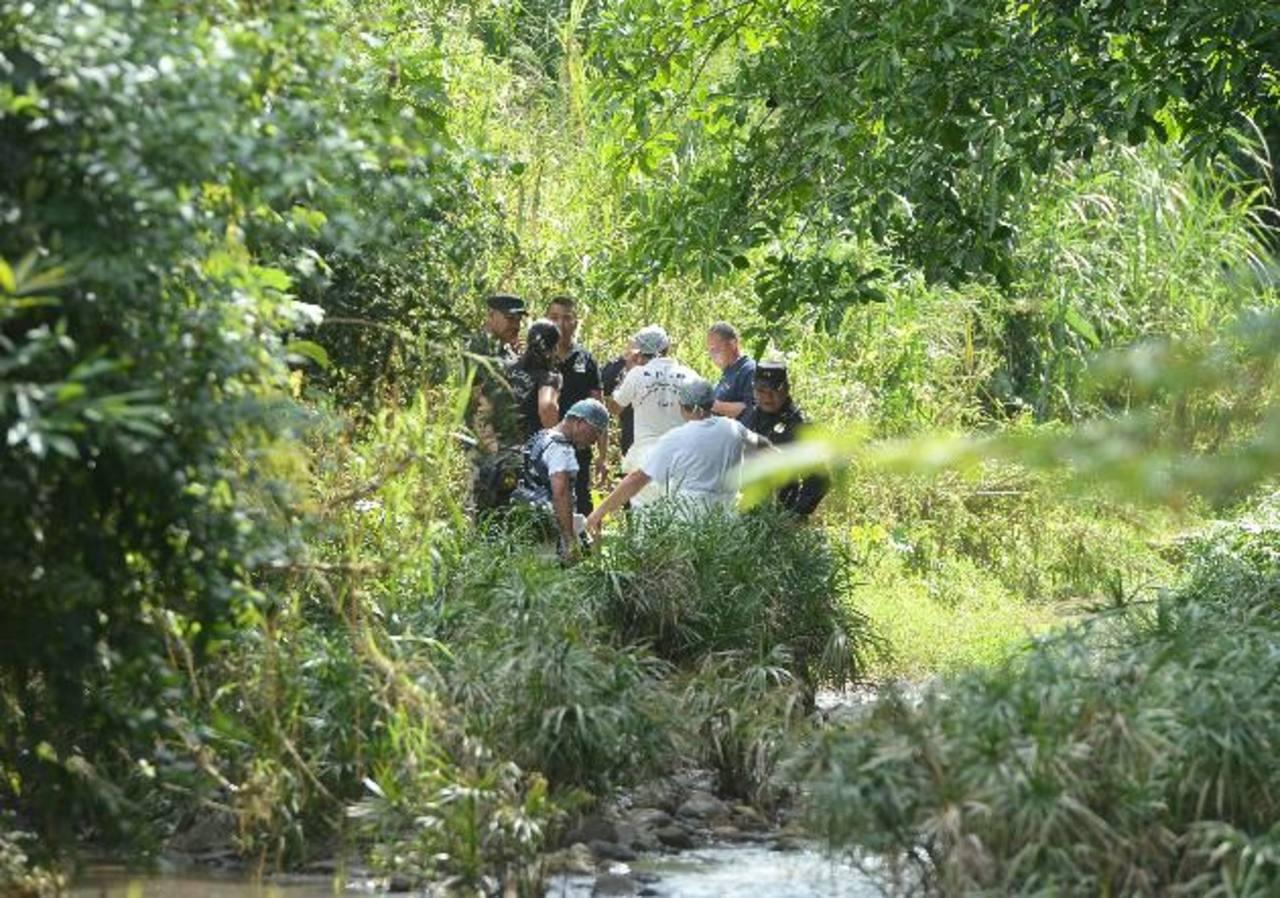Las autoridades descubrieron ayer los cuerpos de tres supuestos pandilleros en la quebrada Matalapa, comunidad Modelo III, carretera a Planes de Renderos. Foto EDH / marlon hernández