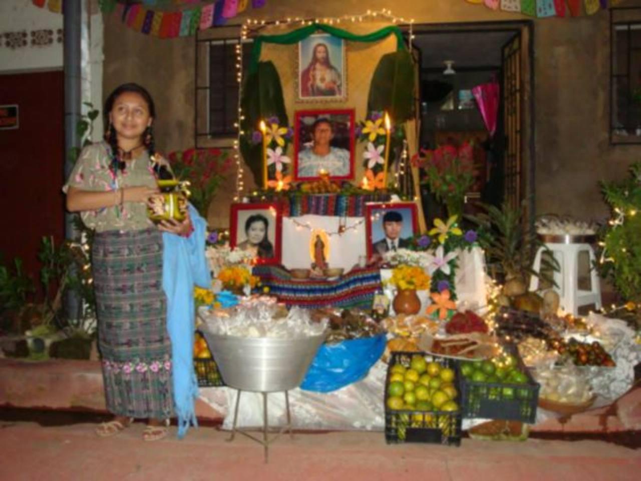 Las familias de la localidad elaborar altares adornados con platillos y bebidas dedicadas a los parientes fallecidos.