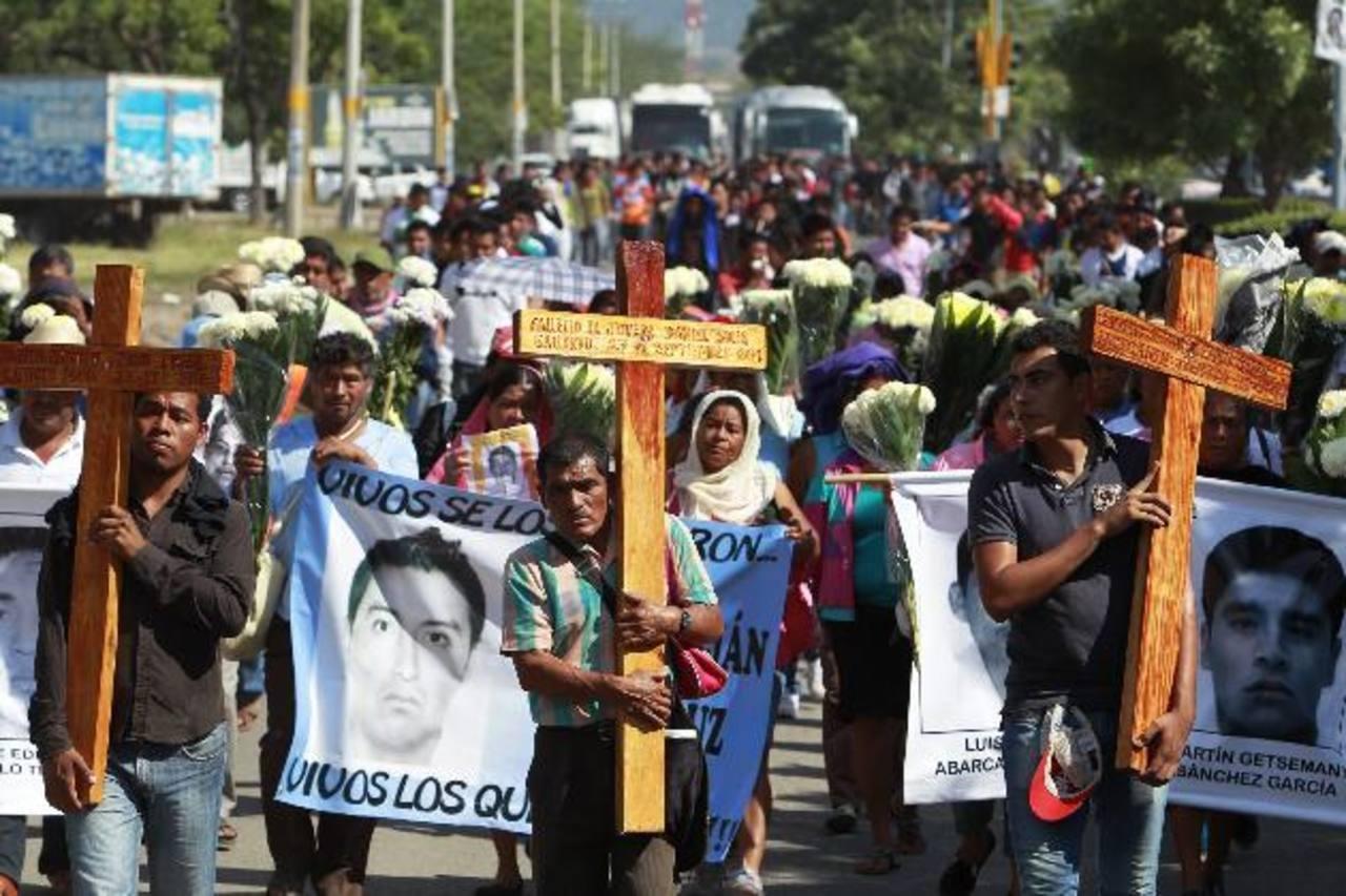 Familiares de los jóvenes desaparecidos y compañeros participan en una celebración religiosa ayer. Foto EDH / EFE