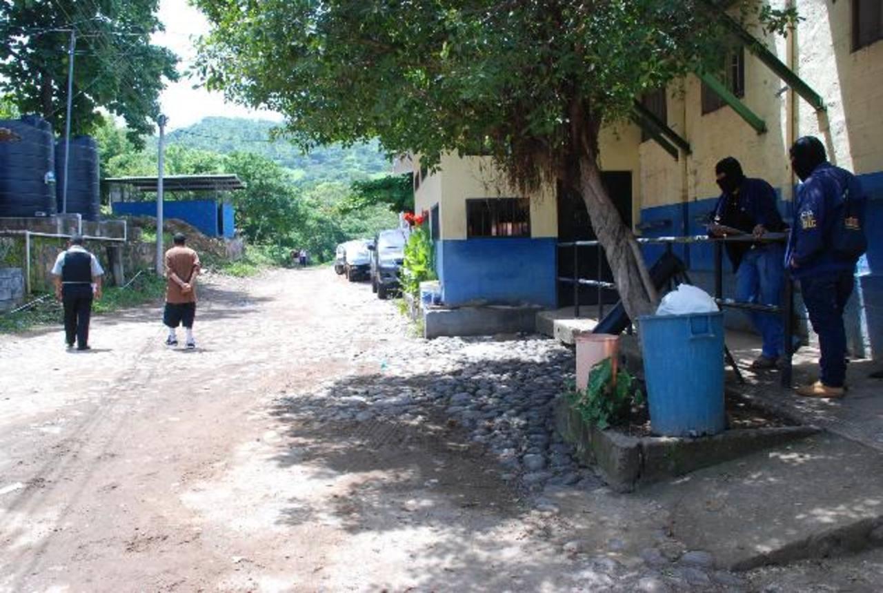 Las autoridades capturaron a seis trabajadores del sistema penitenciario de oriente en este año, cuatro de ellos se registraron en Morazán cuando los custodios llevaban droga. Foto EDH