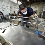 La calidad con la que ahora fabrican sus artículos les ha permitido aumentar la producción en 15 %. Foto EDH/René Quintanilla