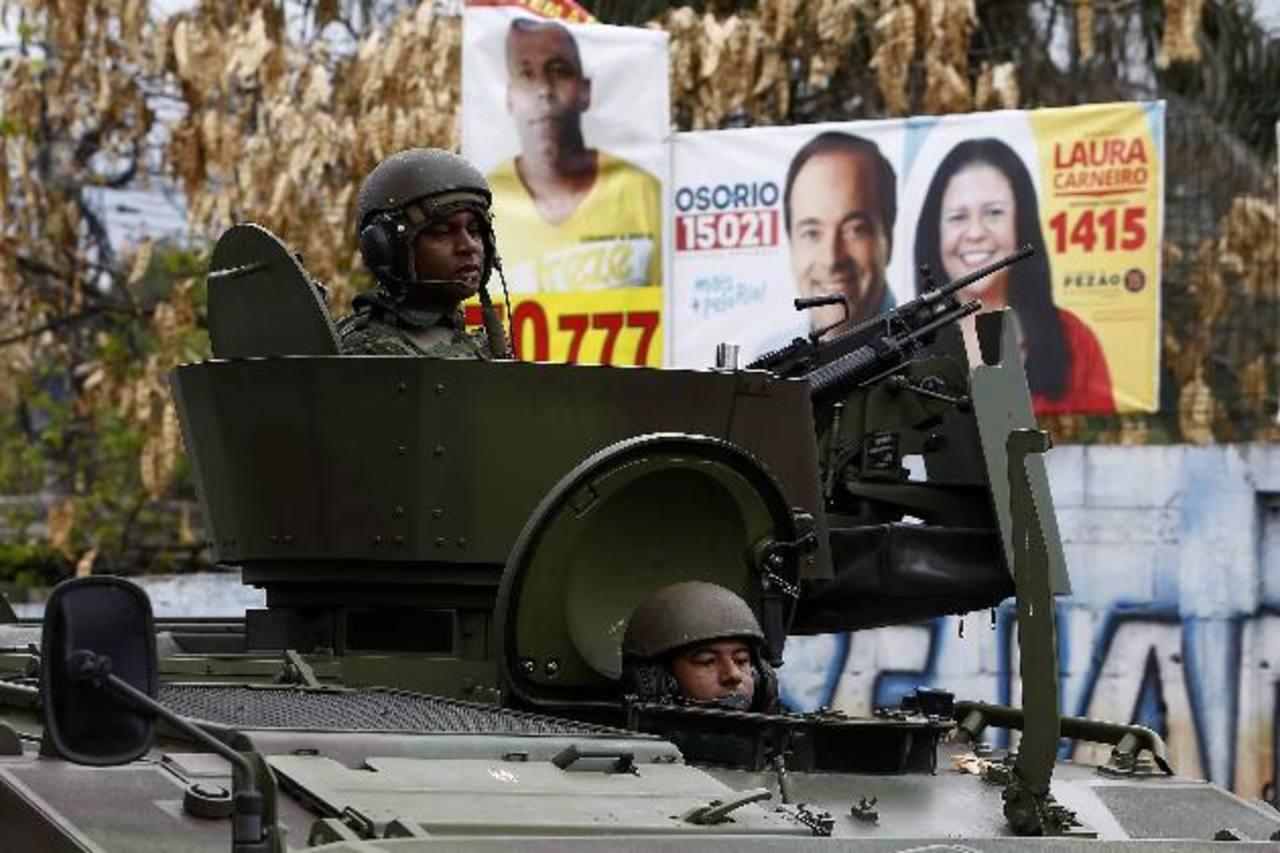 Según datos oficiales, 56,000 personas, aproximadamente, son asesinadas por año en Brasil (Mapa de la Violencia 2014). Miles de soldados y policías resguardarán las urnas. foto edh / EFE.