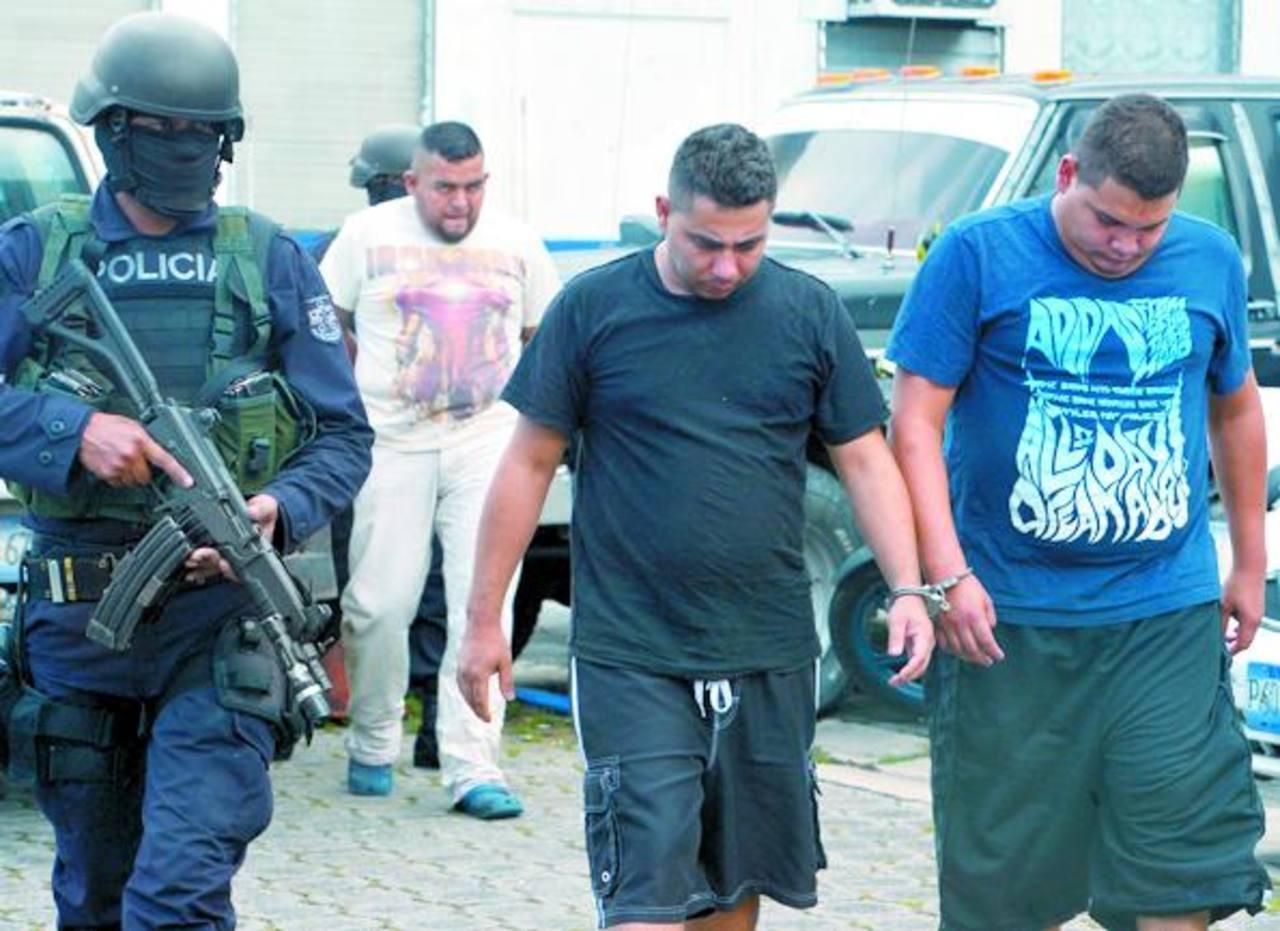 La policía detuvo a cuatro hombres acusados de transportar 2 kilos de cocaína. Venían de Honduras. Foto EDH/ René Quintanilla
