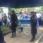 Varios agentes rindieron honores ayer, en el cementerio de Zacatecoluca, al agente Finicio Orlando Alfaro Sánchez, quien fue asesinado el domingo en la noche en su vivienda. Foto EDH / Archivo