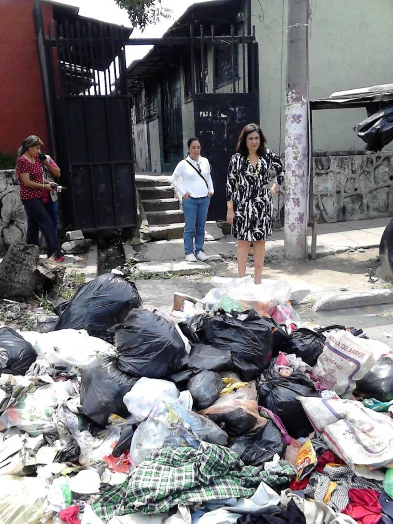 Lina Pohl, ministra de Medio Ambiente, realizó un recorrido por los basureros de la colonia Zacamil. Foto EDH / ricardo guevara