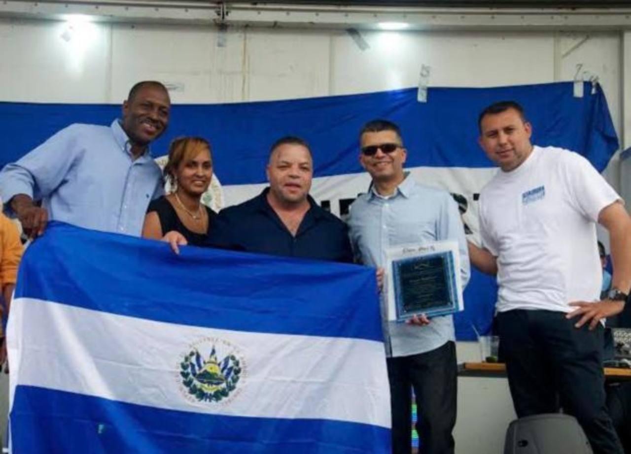 De izquierda a derecha: El alcalde Dwayne D. Warren, la presidenta de la organización Hispano Mano a Mano, Cristina Mateo, los salvadoreños Marcos Monroy, Óscar Ramírez y Nelson Rubio.