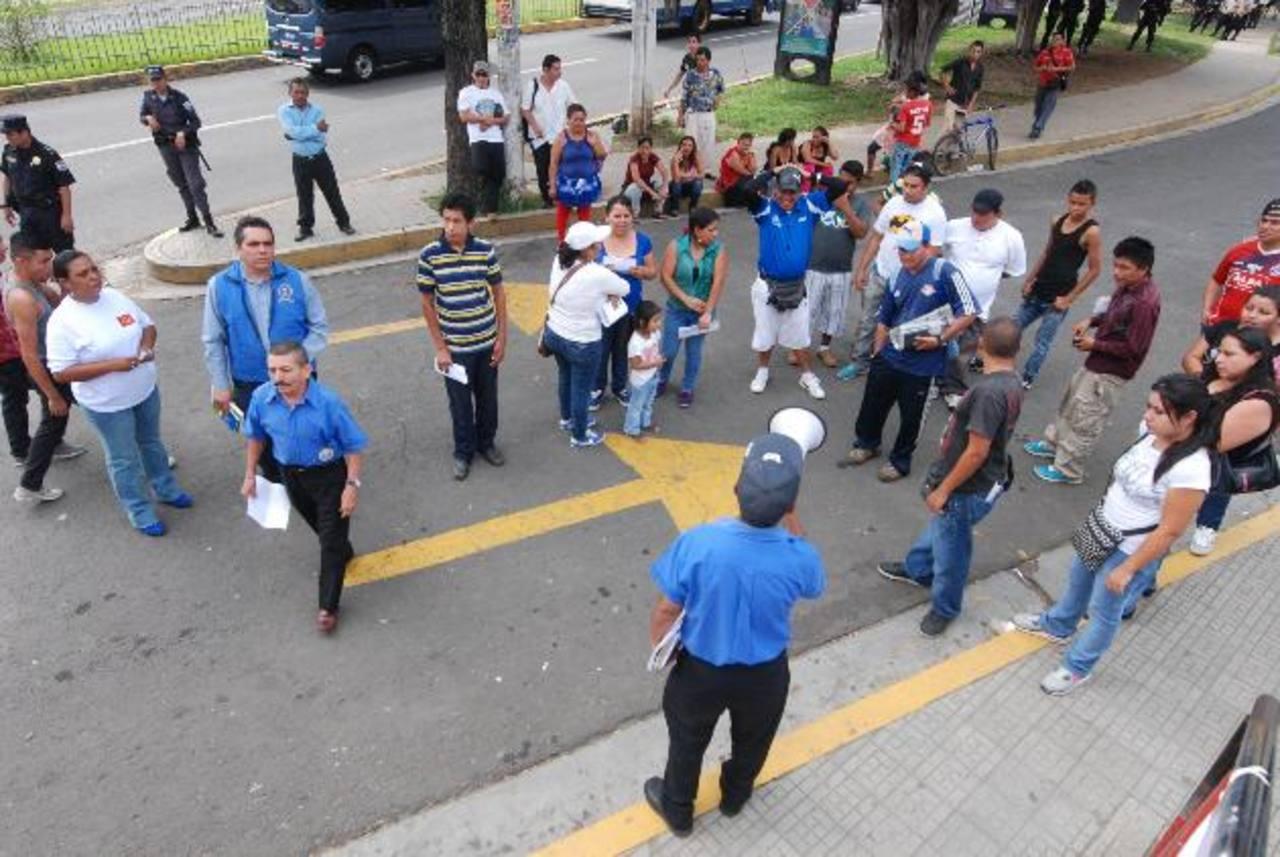 Los vendedores prevén realizar marchas a la alcaldía si no obtienen el permiso. foto edh / C. DÍAZEn los carteles exigían al alcalde, Alfredo Peñate, que los dejen trabajar en la acera. Varios sindicatos apoyaron la medida.