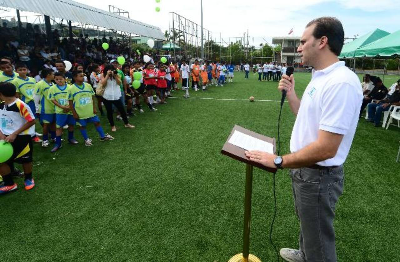Alejandro Poma, director de Fusal, se dirige a los niños y demás miembros de la comunidad. Fotos EDH / ericka Chávez