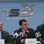 Los magistrados Miguel Cardoza, Julio Olivo y Ulises Rivas durante la conferencia de prensa.