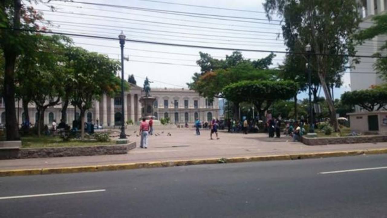 El Teatro Nacional de San Salvador sufrió daños en algunas de sus paredes.