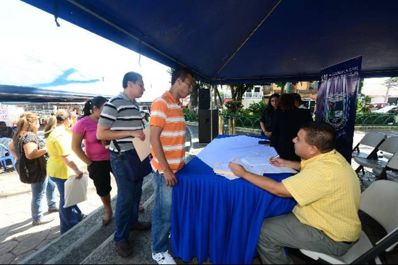 Decenas de personas acudieron a la Primera Feria de Empleo organizada por la municipalidad. Foto EDH / Éricka chÁvez