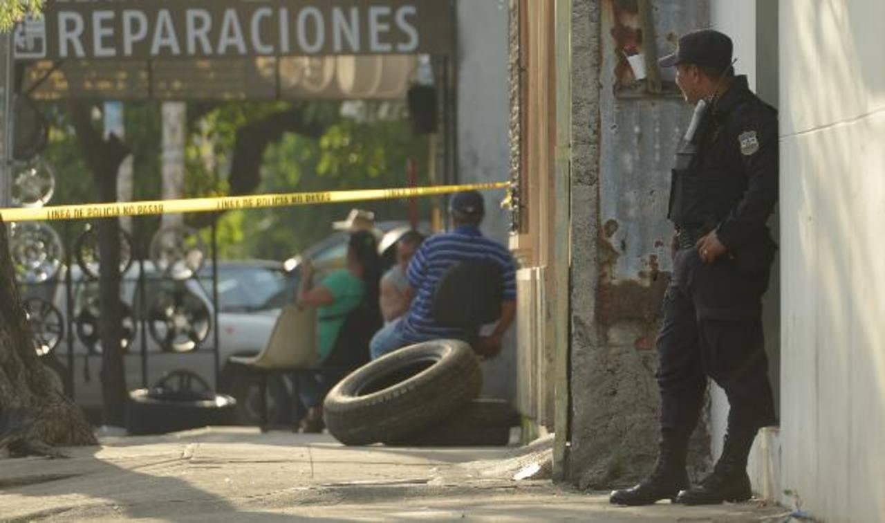 Un supuesto cabecilla de pandilla fue asesinado ayer tarde, en la calle Gerardo Barrios de San Salvador. Foto EDH / Marvin Recinos.