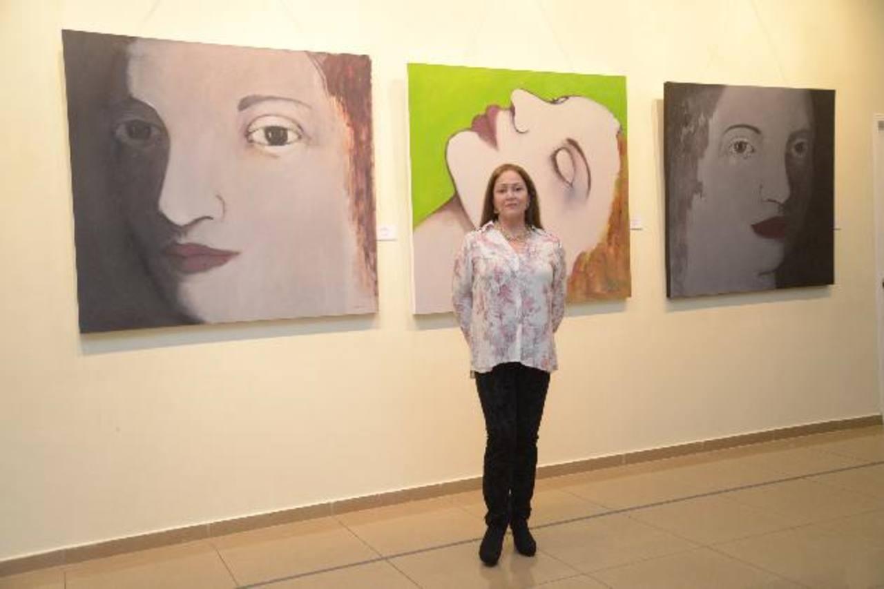 La pintora colombiana habló sobre sus obras que se exponen en el salón Camilo Minero de Cancillería. Fotos EDH / Cesar Avilés.