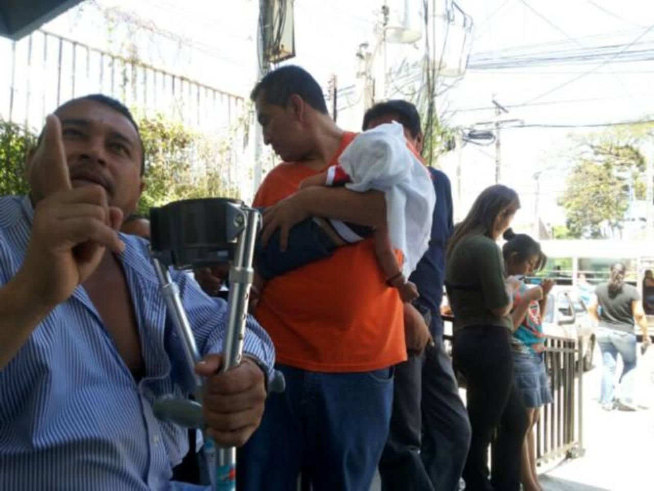 Usuarios como don José Umaña (derecha), reclamaban ayer en el Cenade, que al ir a comprar el gas les dicen que el Minec les suspendió el subsidio. foto edh / ARCHIVO
