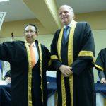 El rector de la UJMD, David Galindo, entregó el reconocimiento al doctor Carlos Quintanilla Schmidt. Fotos EDH / marvin recinos