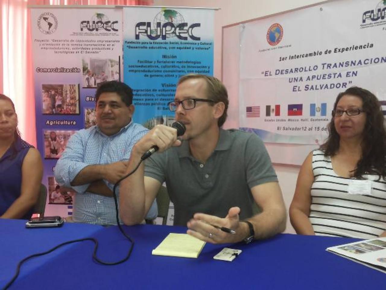 Seth Micah Jesse, repesentante de FIA, acompañado de Élmer Arias y Ana Ramírez. edh/cortesía