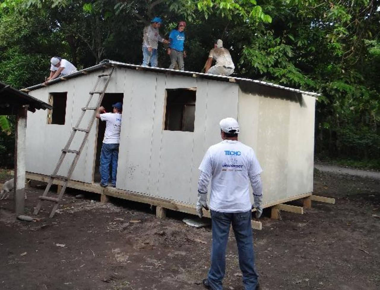 Los voluntarios de Unicomer participaron de forma activa en la construcción de las viviendas provisionales. Foto EDH /Cortesía