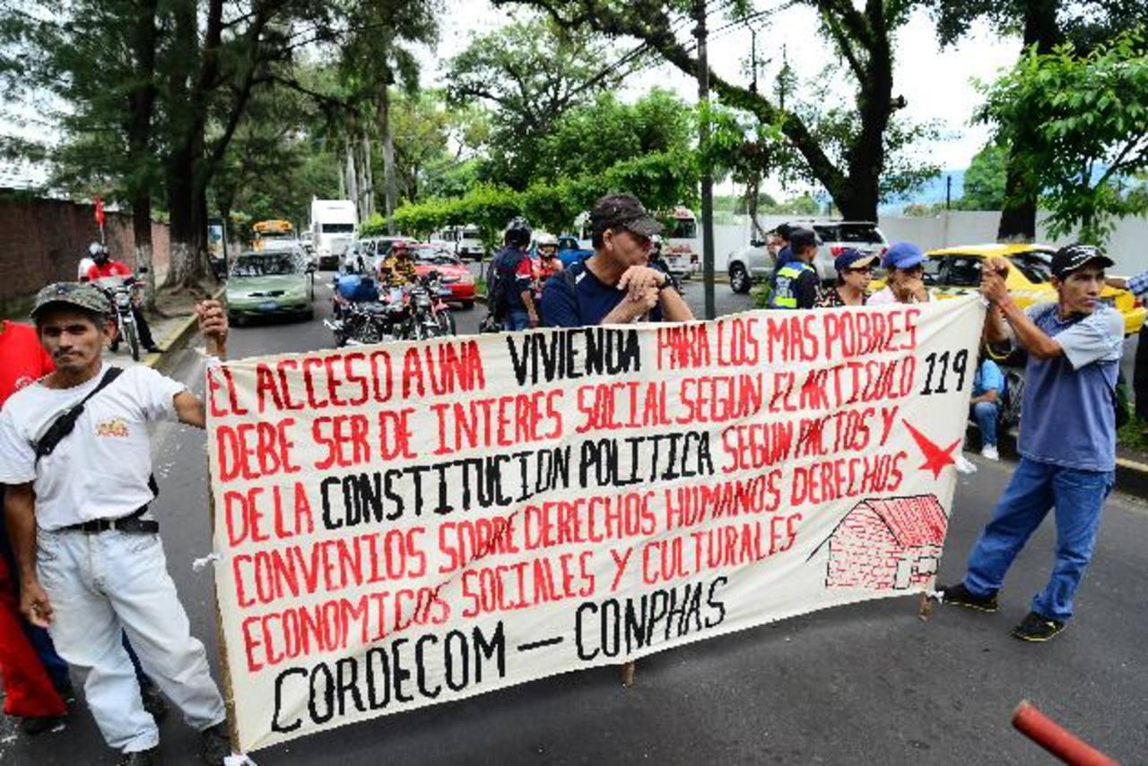 La legisladora Carmen Elena Calderón expuso, ayer, la propuesta de los excombatientes en la asamblea. Foto EDH / César Avilés.