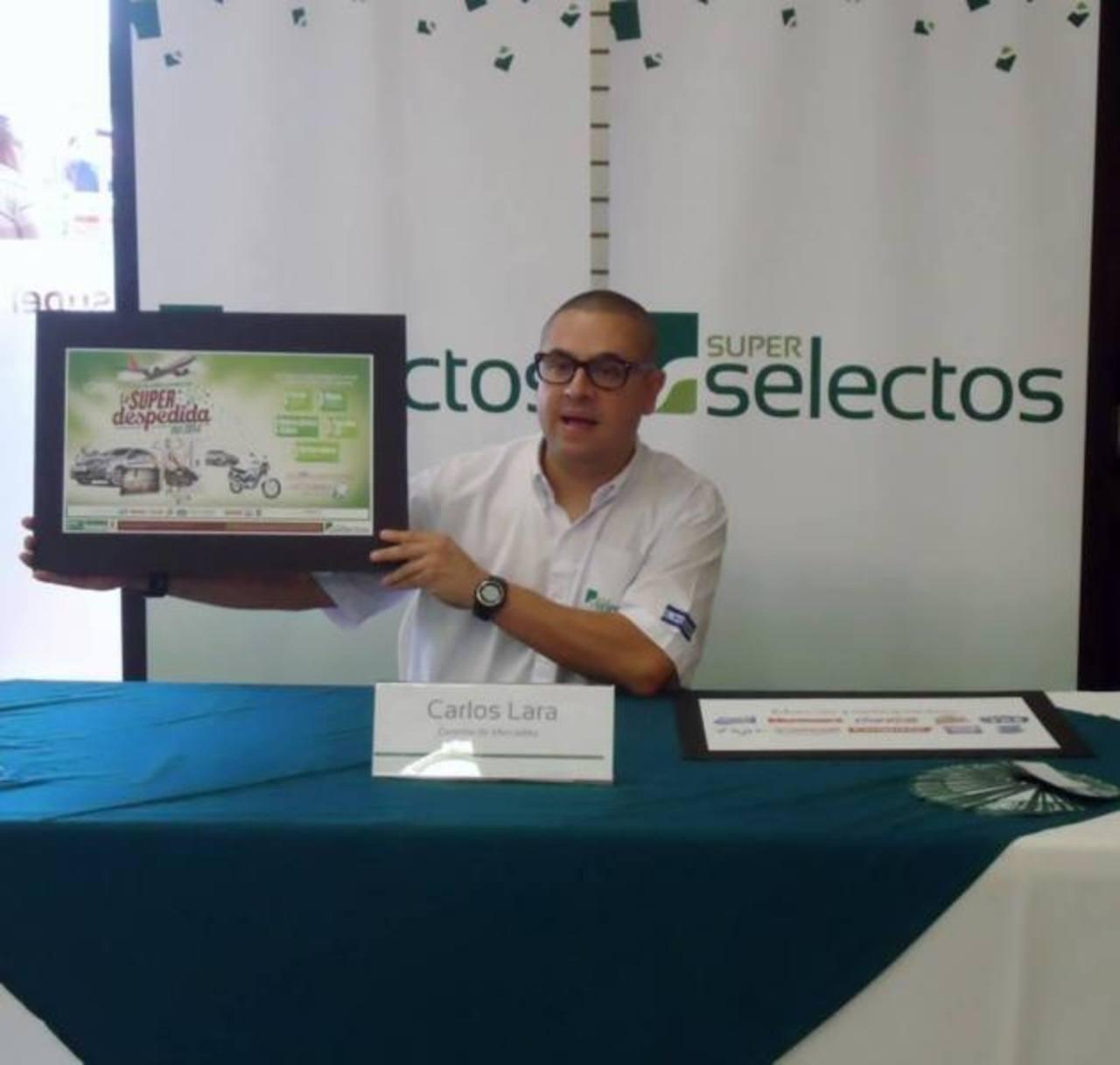 El coordinador de mercadeo de la cadena, Carlos Lara, presentó la promoción de fin de año. Foto edh / archivo
