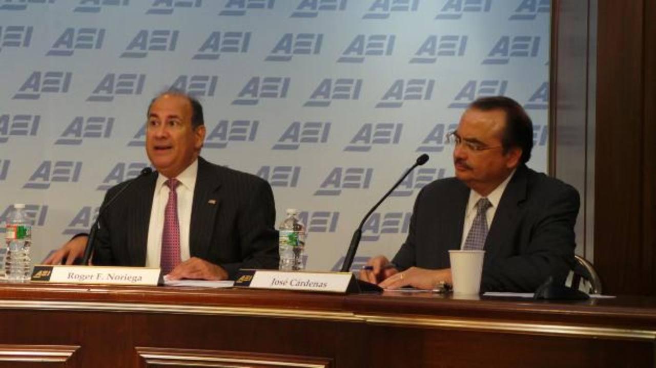 Los exfuncionarios durante la Administración Bush, Roger Noriega y José Cárdenas, durante el foro de AEI sobre la perspectiva electoral en Brasil. Foto EDH / Gerardo torres