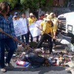 Ministra Lina Pohl en labores de recolección de basura en Mejicanos.