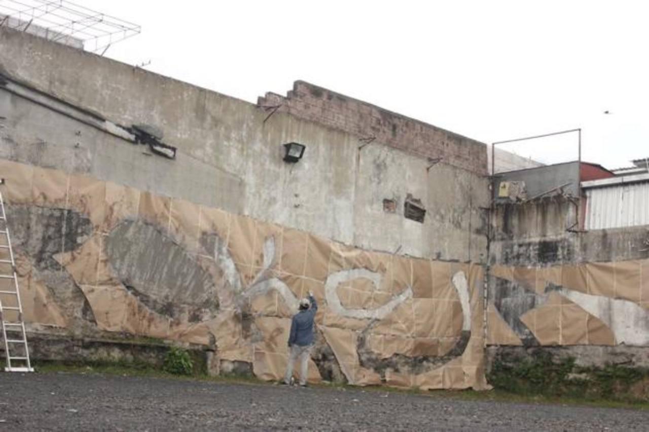 El artista quiso dejar a un lado la estética peculiar al momento de realizar el grafitis . Foto EDH/ cortesía