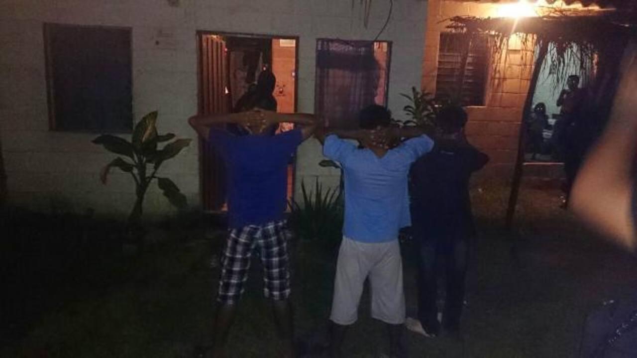 La policía registró varias casas y a residentes de la lotificación La Ensenada, adonde supuestamente huyeron los asesinos. La policía montó un operativo para dar con los asesinos del policía y del menor. No hubo resultados. Fotos EDH / Jorge Beltrán