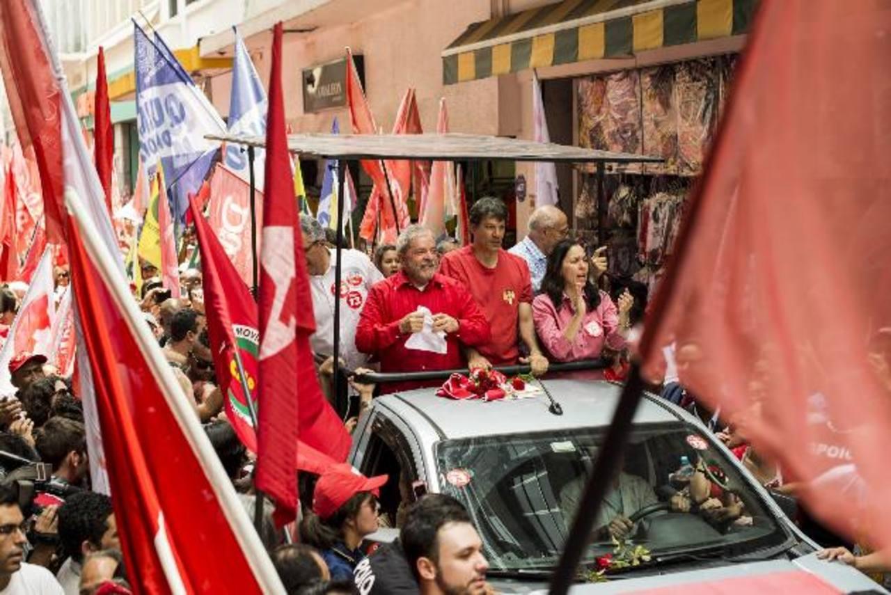 En el cierre de campaña, Lula da Silva salió ayer a las calles a hacer proselitismo en favor de Rousseff; Neves apartó un espacio en su agenda para dar una conferencia en la que pidió investigar las denuncias contra la actual presidenta. Fotos EDH /E