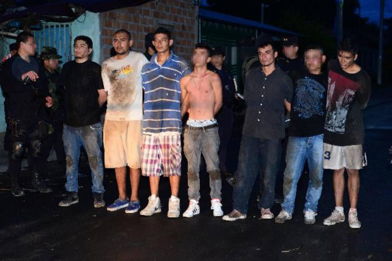 Los sujetos detenidos pertenecen a la pandilla 18 y varios de ellos fueron detenidos en el interior de la casa donde fueron encontradas las armas e ilícitos. Foto EDH / Jorge Reyes.