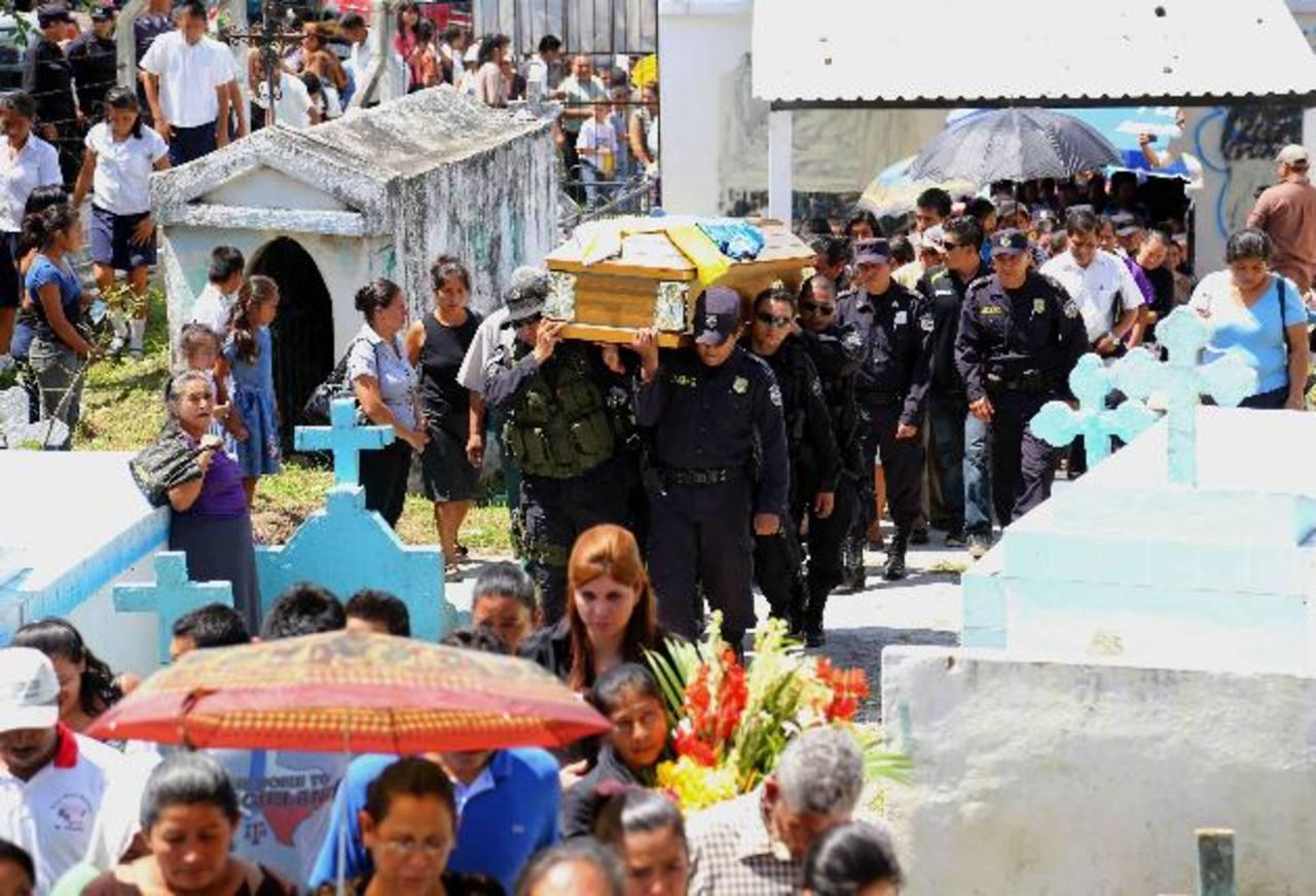 Una treintena de policías de la subdelegación de la Libertad Sur, cargaron el féretro del policía Élmer Zavala en el cementerio municipal de San Martín. El agente fue recordado como un buen policía y entregado a su trabajo. Foto EDH / Mario Amaya