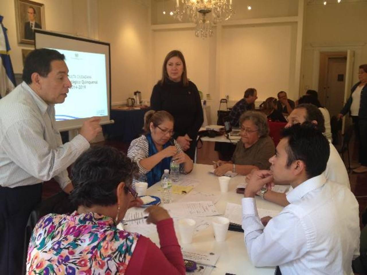 La cónsul general salvadoreña en Manhattan, Sandra Flores, y el cónsul Pedro Sánchez (izquierda) orientan la discusión en una de las mesas de trabajo de la consulta ciudadana del Plan Quinquenal del Gobierno, a la cual asistieron compatriotas residen