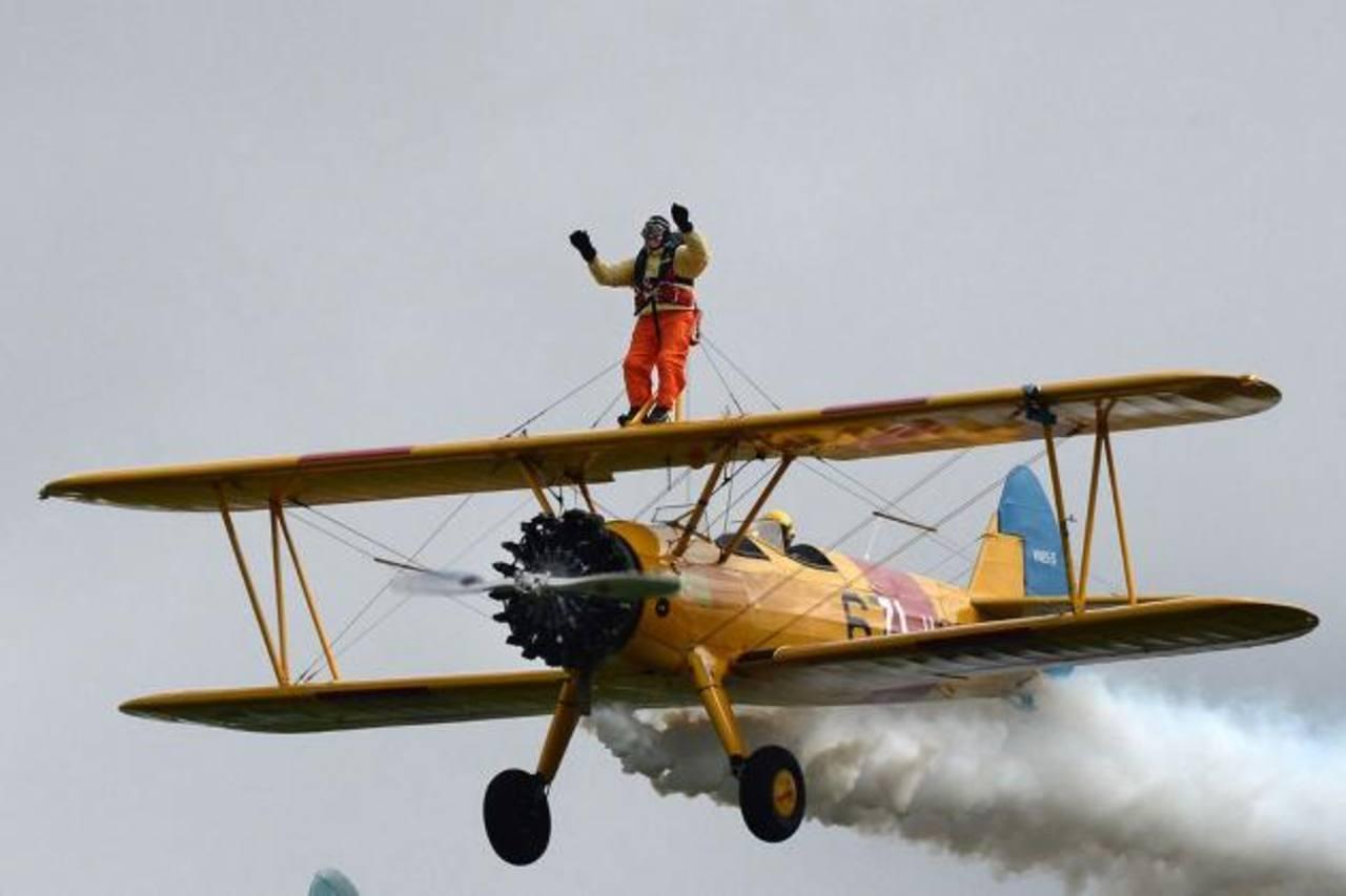 El acróbata de 94 años Tom Lackey sobrevuela Gibraltar atado a un avión