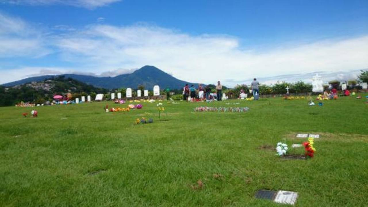 Vendedores en la entrada del cementerio de Los Ilustres, adonde visitantes llegan a recordar a sus familiares fallecidos.