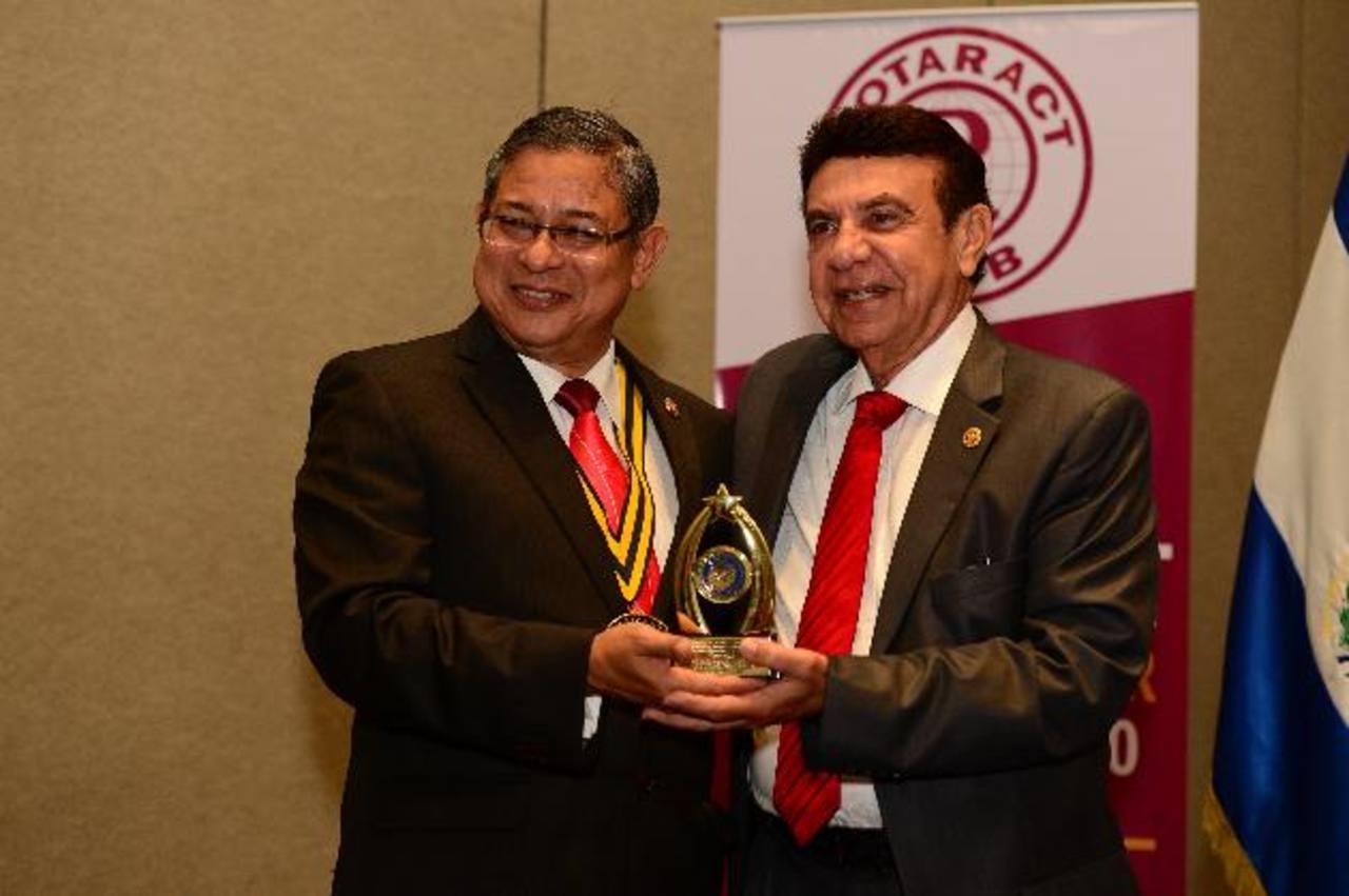 Arístides Cienfuegos, presidente del Club Rotario San Salvador, entregó el reconocimiento al Dr. Víctor Silhy. FOTOs EDH / JORGE REYES