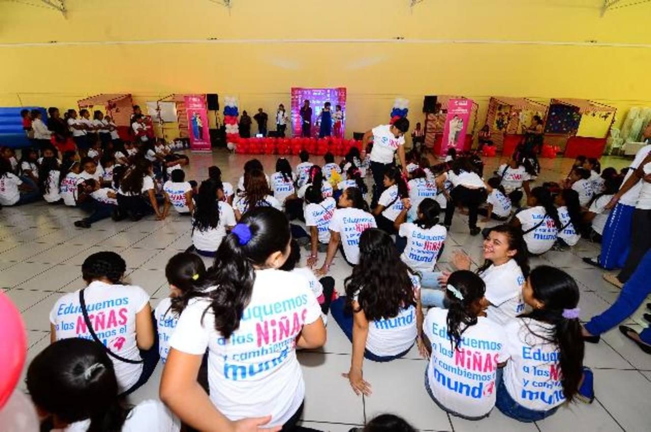 Niñas de diferentes departamentos del país participaron en la celebración alusiva al Día Internacional de la Niña en el Cifco. Foto EDH / OMAR CARBONERO.