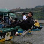 Buzos realizan operativo de búsqueda de los tripulantes.