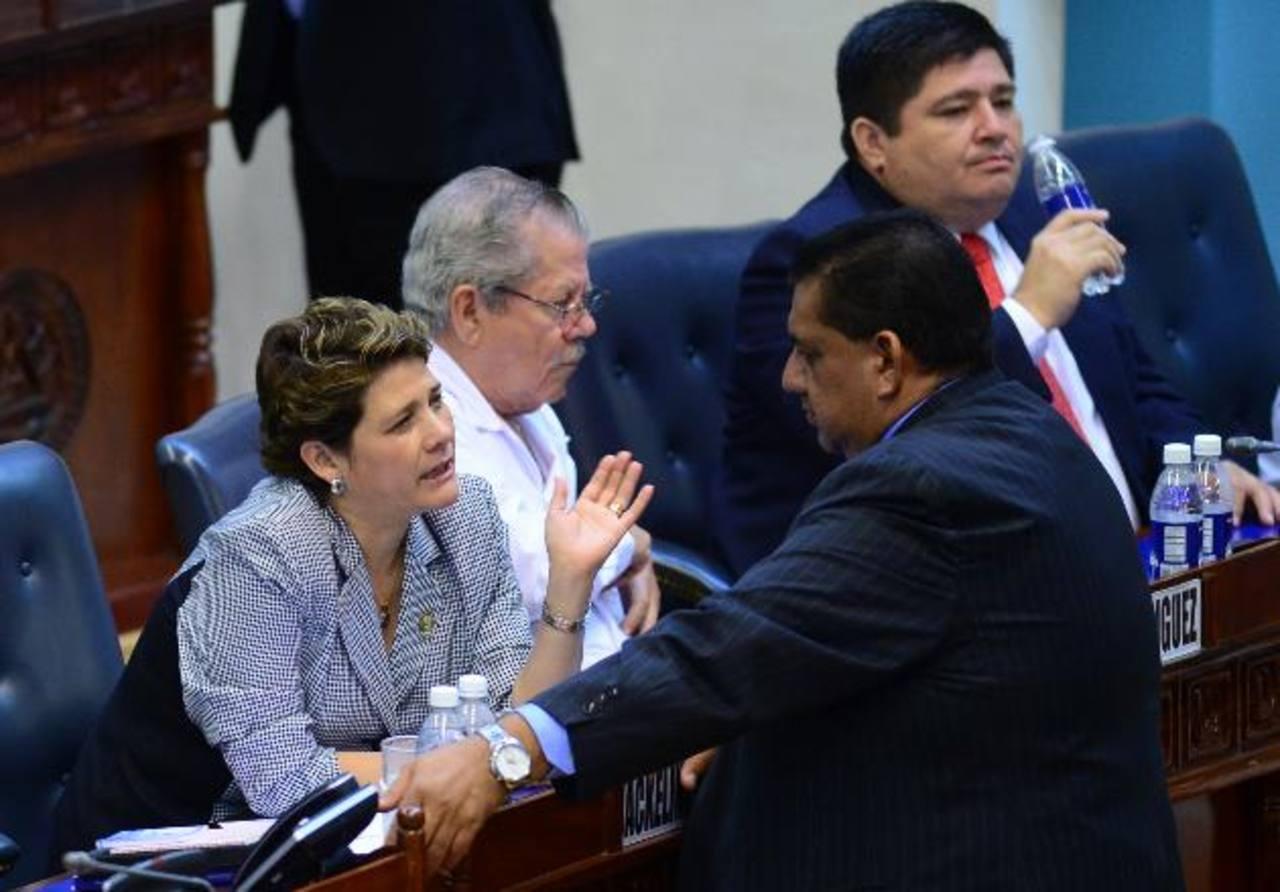 Jackeline Rivera, del FMLN, conversa con Alberto Romero, de ARENA, durante la sesión.