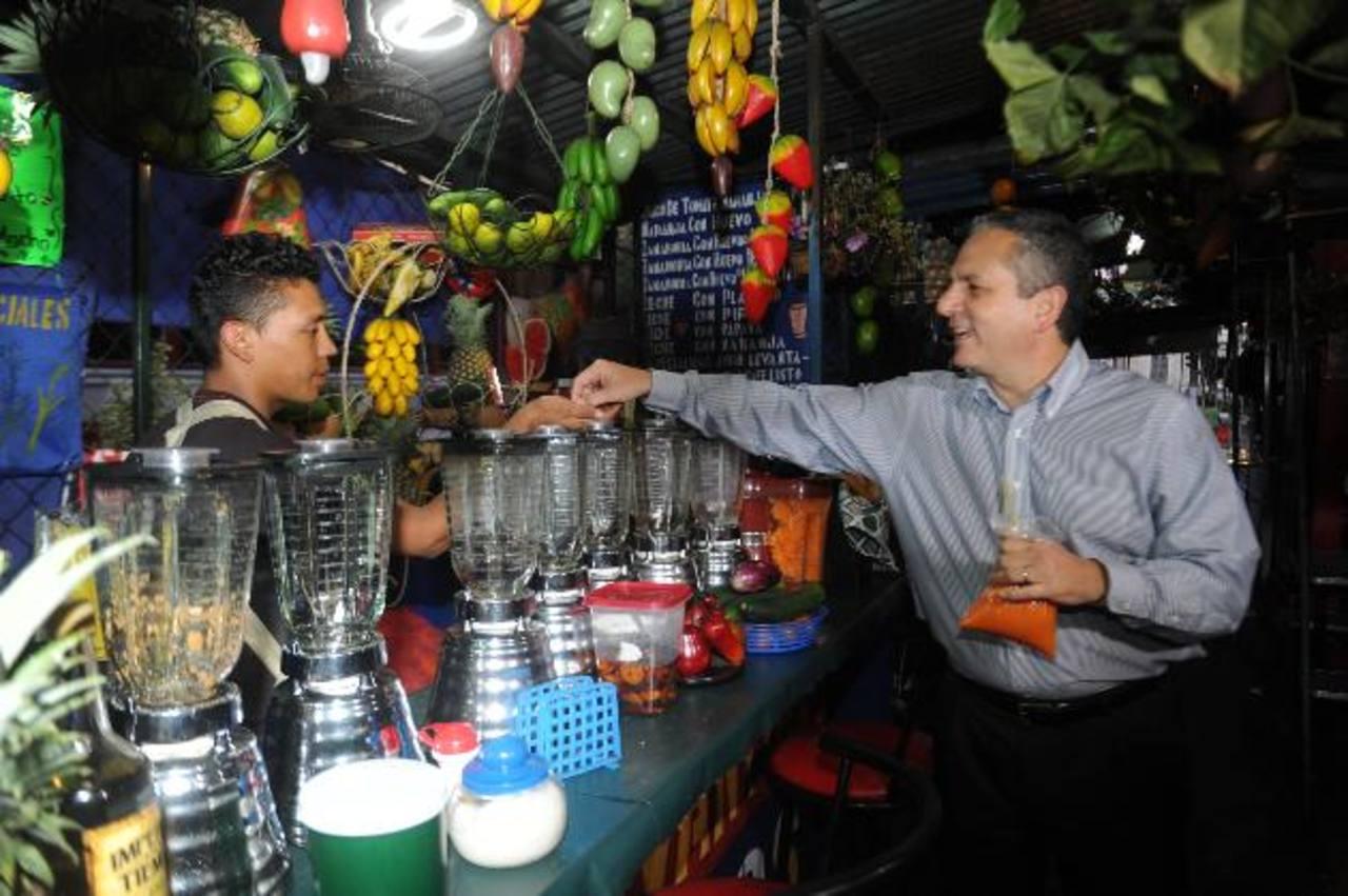 Edwin Zamora compró un jugo de zanahoria mientras realizaba su recorrido por el parque Libertad. fotos edh / miguel villalta.