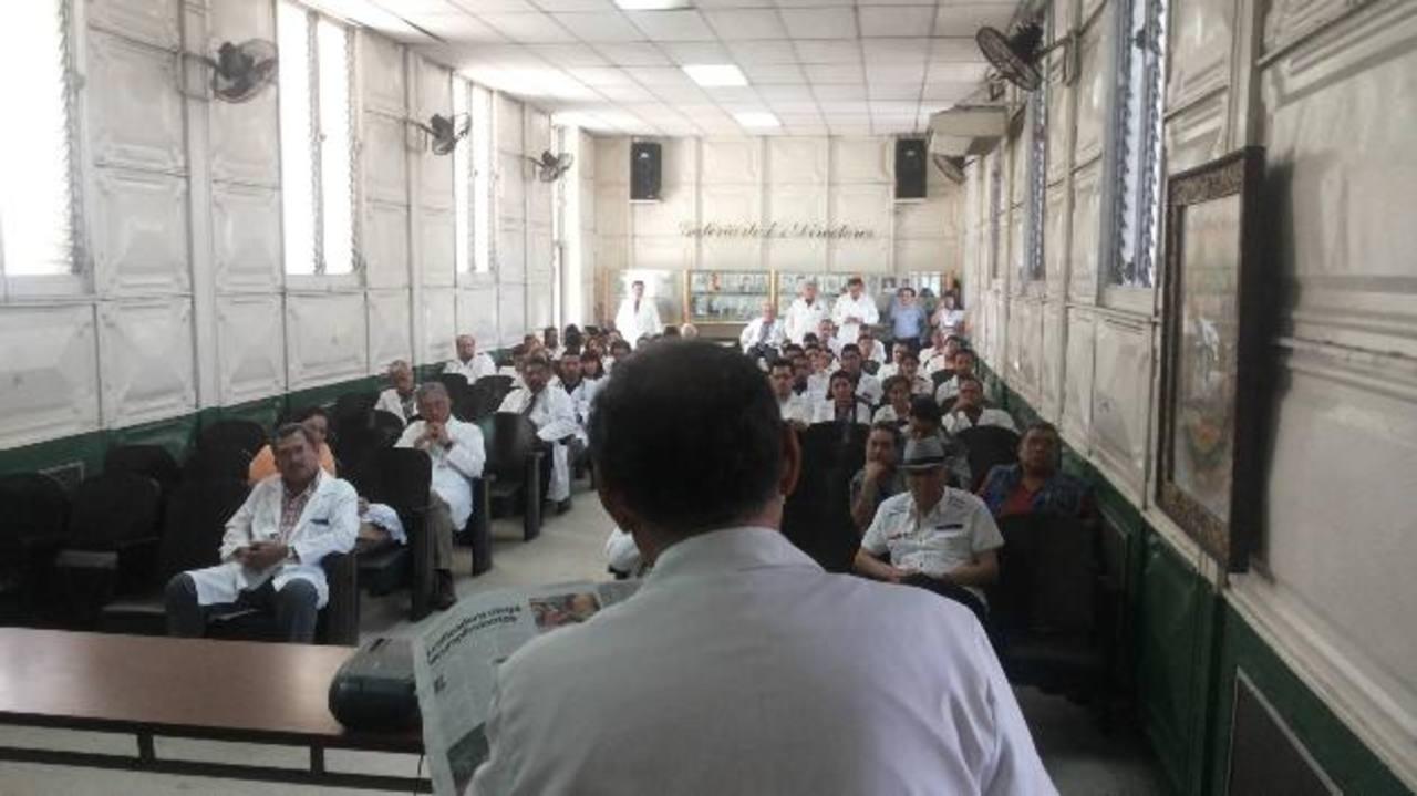 Especialistas discuten sobre los distintos problemas en el hospital Rosales. Foto EDH / Yamileth Cáceres