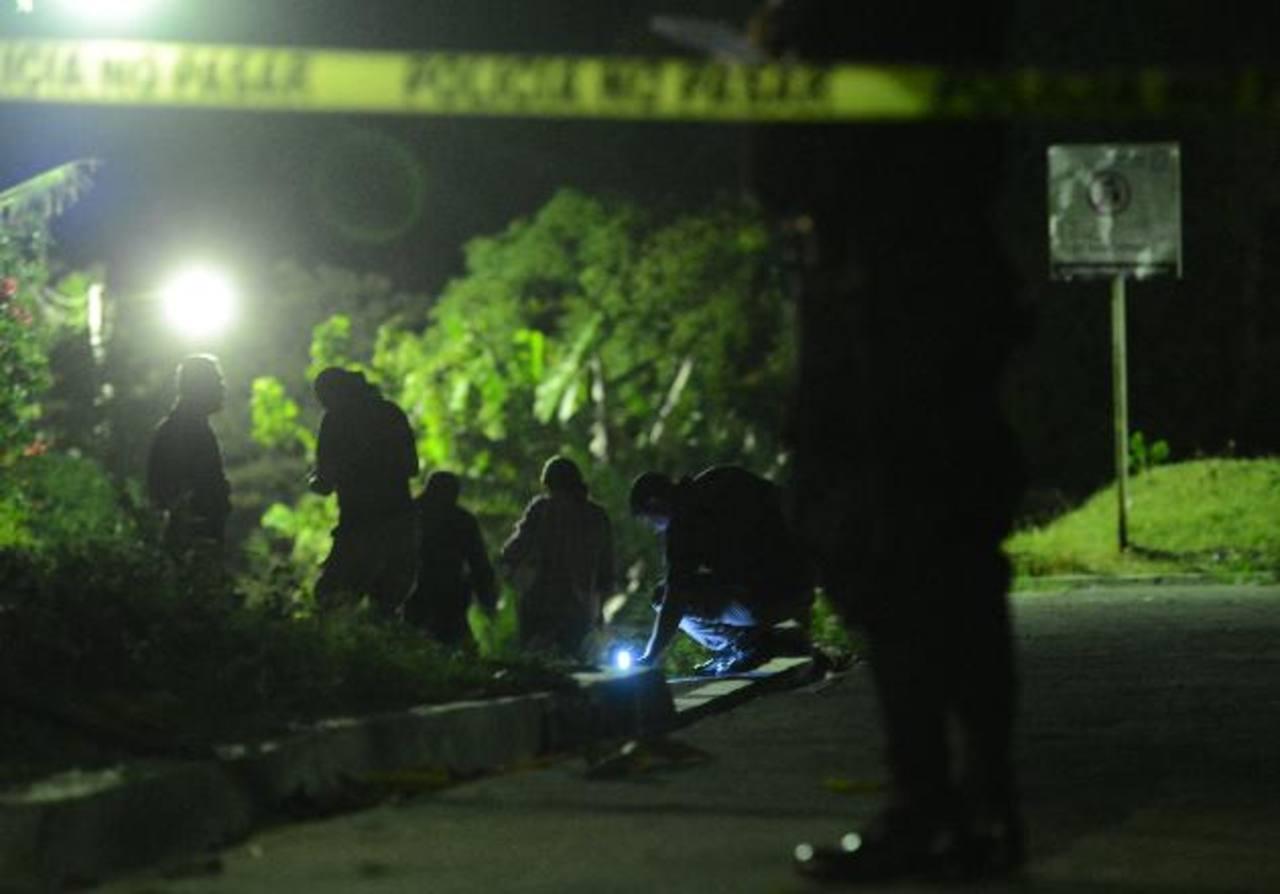 De acuerdo a las autoridades de seguridad, el promedio de asesinatos por día durante el mes de octubre se mantiene en 11 homicidios diarios. Foto EDH / Archivo.