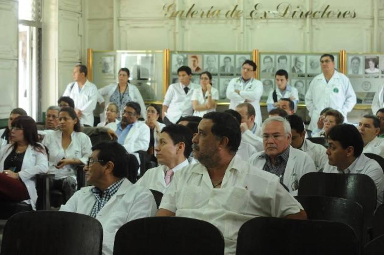 Especialistas del hospital nacional Rosales reunidos para abordar problemática. Foto EDH