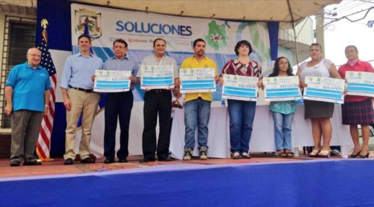 Representantes de los proyectos ganadores recibieron los fondos para implementarlos. Foto EDH /CORTESÍA
