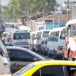 Los buses del transporte colectivo hacen lo que quieren en la zona de los carriles especiales del Sitramss. Foto EDH / archivo