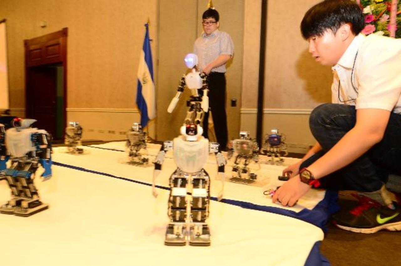 Robots y humanoides, dirigidos por la Delegación de Robótica Educativa Coreana, se robaron la atención de los asistentes.